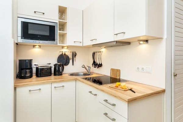 Die schicke Küchenzeile wurde 2015 neu eingebaut. Sie hat u.a. Geschirrspüler und Mikrowelle mit Grillfunktion.