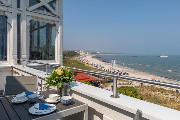 Die Villa Agnes liegt direkt am feinen und weißen  Binzer Badestrand. Vom großen möblierten Balkon ...