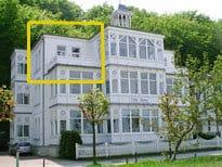 """Die Fewo """"Miramar"""" mir der schönen Dachterrasse ist im Foto gelb eingefaßt. WLAN ist in der Fewo kostenfrei verfügbar. Ein Parkplatz am Haus ist inklusive."""