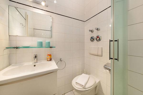 Hier der Blick in das weiße Bad ...