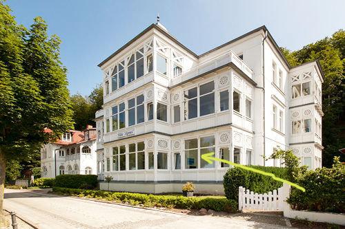 Die Villa Agnes liegt direkt am feinen weißen Badestrand von Binz. Der Pfeil zeigt auf die Loggia Ihrer Fewo.