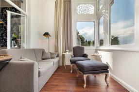 Die große Loggia mit bequemer Wohn- und Leseecke bietet Ihnen einen wunderbaren Meerblick.