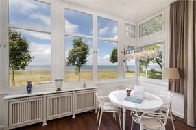 Hier der Blick Richtung Meer und Eßplatz in der Loggia. Im Appartement steht WLAN kostenfrei zur Verfügung.