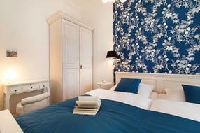 Vom schönen, in blau-weiß gehaltenen Schlafzimmer sehen Sie ebenfalls die Ostsee.