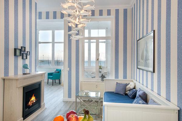 Hier der Blick in die Wohnküche mit Meerblick und schönem Dekokamin.