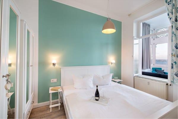 Das schöne Schlafzimmer mit Doppelbett.