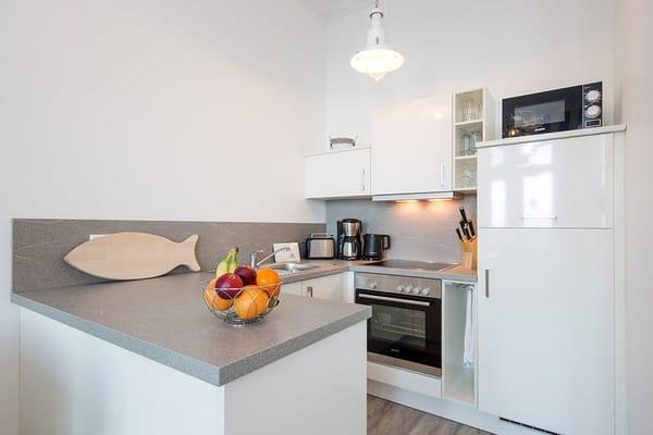 Die Küche ist mit allem Komfort ausgestattet (Geschirrspüler, Mikrowelle, Backofen, 4-Platten-Herd etc.).