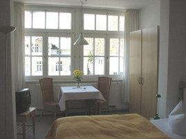 Unser kleinstes Appartement D305 Typ D305  verfügt über die Fensterfront des ehemaligen Wintergartens. Eine Miniküche macht Sie unabhängig.
