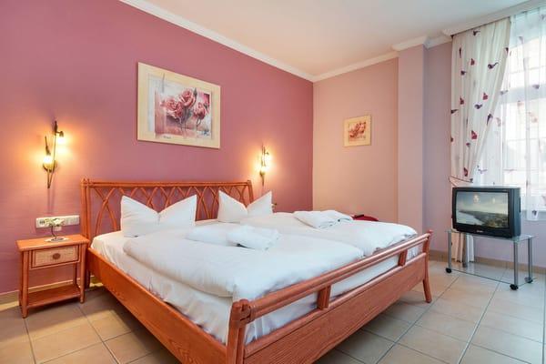 Im großen Schlafzimmer finden Sie Doppelbett (180x200cm), TV ...
