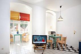 Hier der Blick in den Küchenbereich und die nach Süden ausgerichtete Loggia.