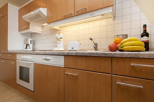 Hier sehen Sie die komplett ausgestattete Küchenzeile mit Geschirrspüler.