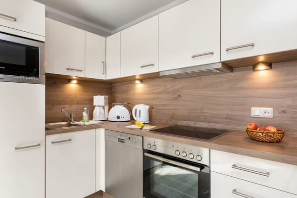 ... Kühlschrank mit Gefrierfach, Mikrowelle, Geschirr etc.