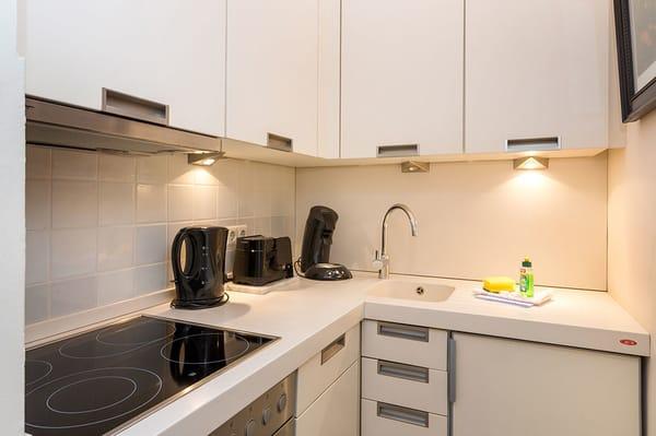 Die Küchenzeile ist mit Geschirrspüler und allem nötigen Komfort ausgestattet.
