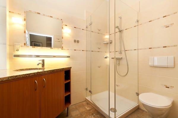 Hier ein Blick in das schöne neue Bad mit Echtglasdusche und großem Waschtisch.