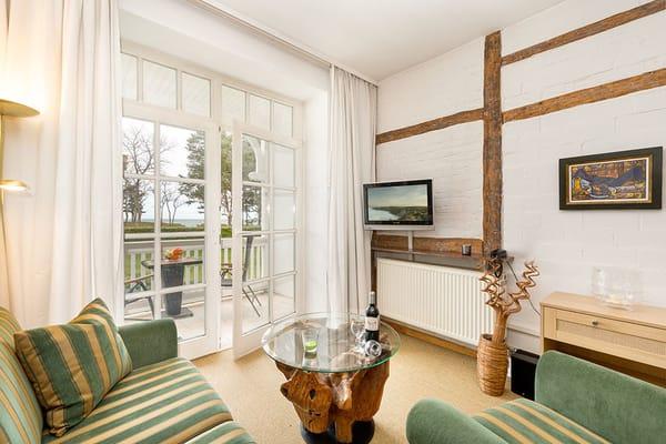 Der komfortable Wohnbereich mit Austritt zum Balkon.