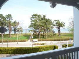 Vom möblierten Balkon haben Sie einen wunderbaren Blick auf die Ostsee und bis zur Seebrücke.