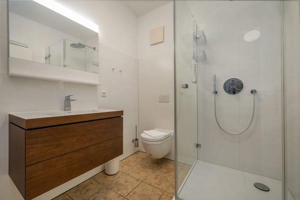 Das schöne Bad mit Echtglasdusche und WC.