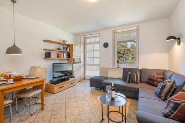Das große Wohnzimmer mit Flat-TV, BlueRay-Player und kostenfreiem WLAN ...