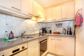 Die hochwertige Küche ist ausgerüstet mit allem erdenklichen Komfort: Geschirrspüler, Backofen, Cerankochfeld etc....