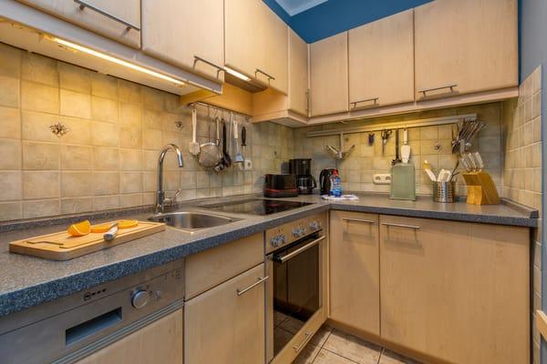 Die komplett ausgestattete Küchenzeile befindet sich in einer separaten Nische im großen Wohnungsflur.