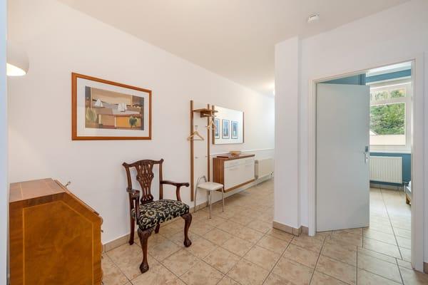 Hier der Blick vom Flur mit Garderobe in das Schlafzimmer.