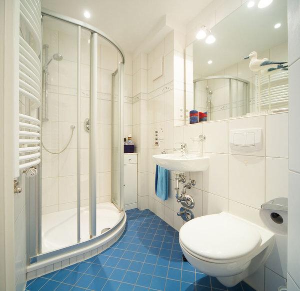 Das kleinere Badezimmer bietet Ihnen Dusche und WC.