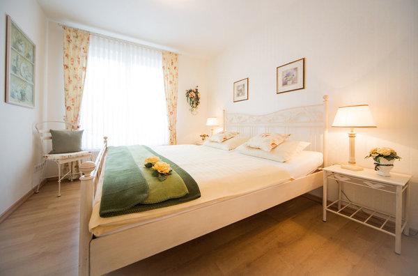 Hier ein Blick in das romantische Elternschlafzimmer mit großem Kleiderschrank und Safe.