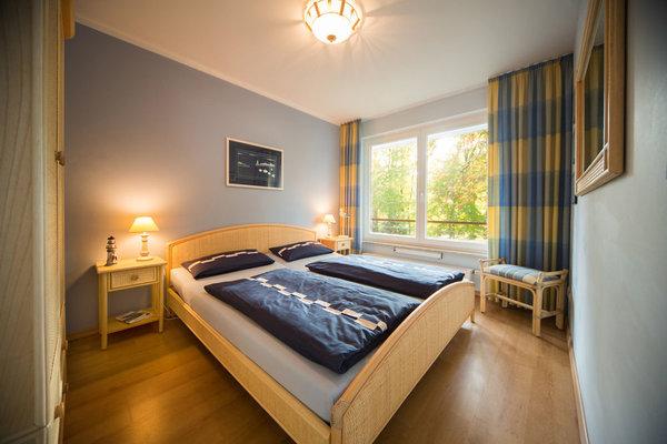 Das zweite Schlafzimmer hat ein Doppelbett, einen großen Kleiderschrank und einen 32-Zoll Loewe-Smart-TV. Den Grundriß der Wohnung sehen Sie im nächsten Bild.