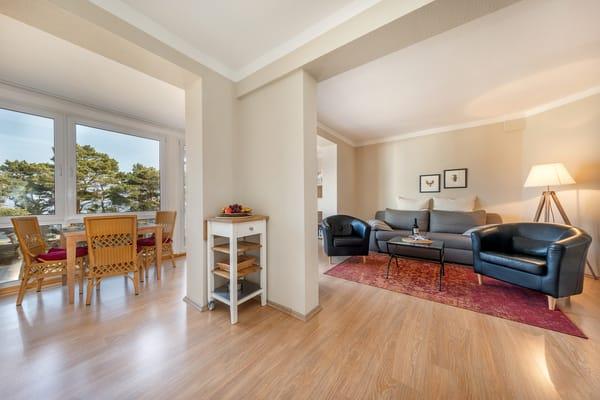 Blick von der Küchenzeile aus in die Loggia und ins Wohnzimmer.