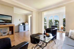 Die bodentiefen Fenster geben der Wohnung ein helles, luftiges Ambiente.