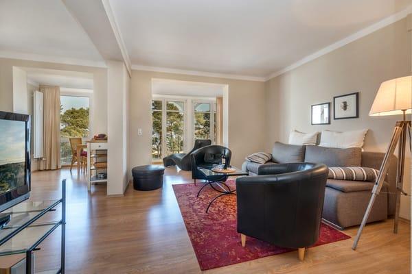 Hier der Blick durch das Wohnzimmer zur Loggia.