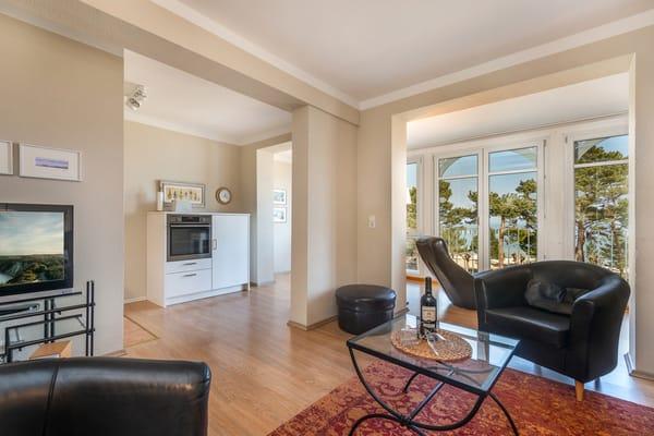 Blick vom Wohnzimmer zur offenen Küche.