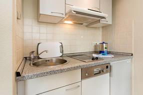 Hier sehen Sie einen Ausschnitt aus der Küchenzeile. Sie ist komplett ausgestattet mit Geschirr etc.
