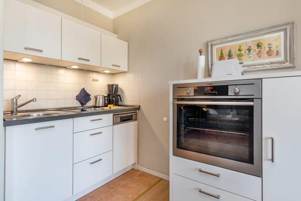 Die Küchenzeile ist ausgestattet mit  2-Platten-Herd, Backofen, Geschirrspüler, Kühlschrank mit Eisfach, Geschirr etc.