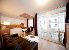 Die Wohnung wurde im Herbst 2011 komplett saniert und vollständig neu möbliert. Hier der Blick zum möblierten Südbalkon.