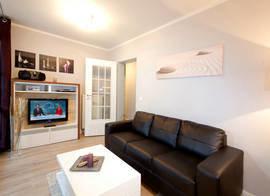 Im Wohnzimmer haben Sie Flachbild-TV, DVD-Player und CD-Radio. Die Couch ist superbequem. Sie hat keine Schlaffunktion.