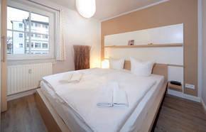 Beide Schlafzimmer haben ein Doppelbett und einen großen Kleiderschrank. Ein Schlafzimmer hat Außenrolläden am Fenster, falls man ganz dunkel schlafen möchte.
