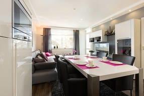 Das Wohnzimmer bietet LCD-TV, Blu-Ray-Player, Hifi-Anlage, Dockingstation für ipod/iphone und W-Lan kostenfrei.