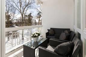Hier im Foto der komfortabel möblierte Südbalkon der Ferienwohnung.