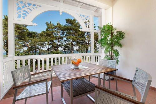 Der große Balkon hat einen fantastischen Meerblick. Hier können Sie entspannt dem Wellenrauschen lauschen oder Schiffe zählen ...