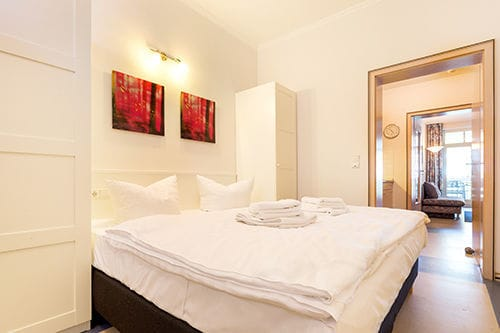 Das kleine Schlafzimmer hat Doppelbett und Kleiderschrank.
