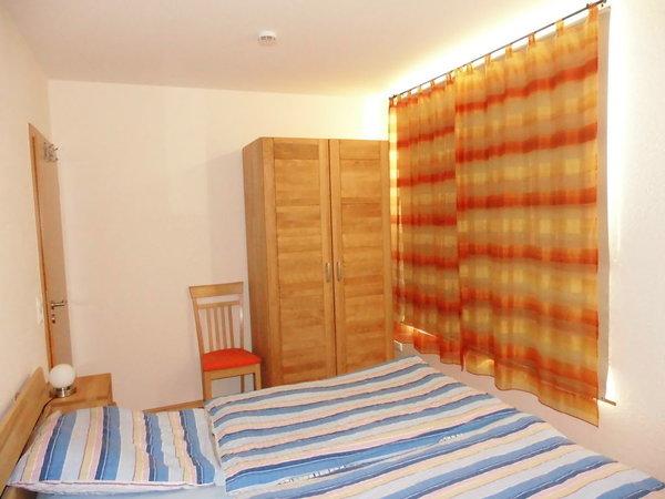 Schlafzimmer 1 mit Kinderbett und  Kleiderschrank
