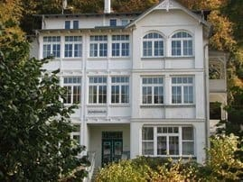 Unser DÜNENHAUS bietet elegante Ferienwohnungen mit ein bis drei Zimmern. Es liegt in der Allee zum Strand mit der Seebrücke.