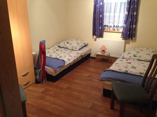 Schlafraum mit 2 Einzelbetten sowie Kinderreisebett