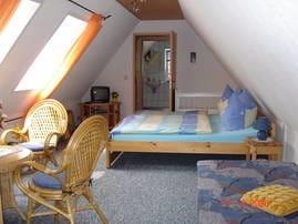 Schlaf- Wohnraum mit Blick zum Bad