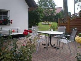 Terrasse vorm Haus mit Sitzgruppe und Grill