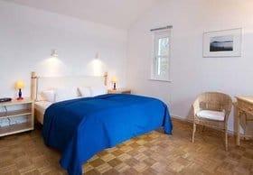 Gute Nacht: Schlafzimmer mit Parkettboden. Es hat auch einen Schreibplatz und einen Balkon mit Blick zum Selliner See ( Süden)