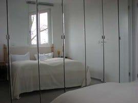 Verspiegelt: Schlafzimmer mit Doppelbett.