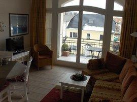Wohnbereich mit  Flat-Screen Fernseher und großer Loggia