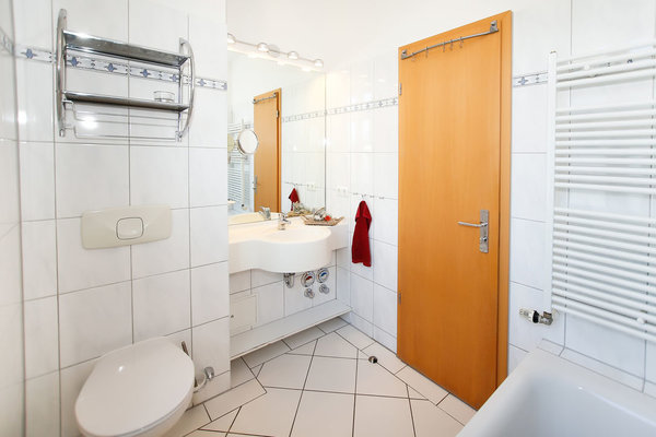 Bad mit Tageslichtfenster und Badewanne